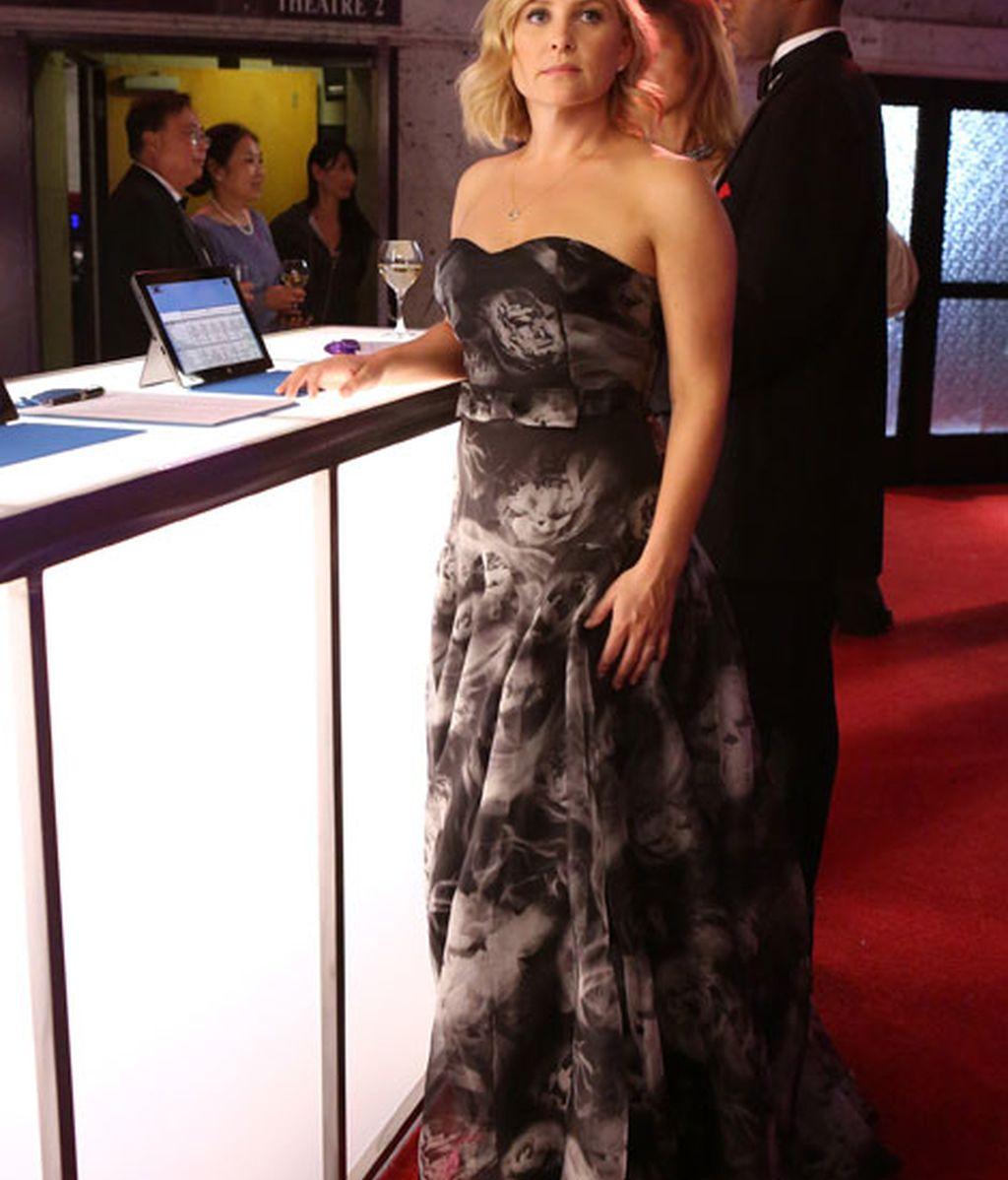Arizona Robbins, muy favorecida con un vestido palabra de honor
