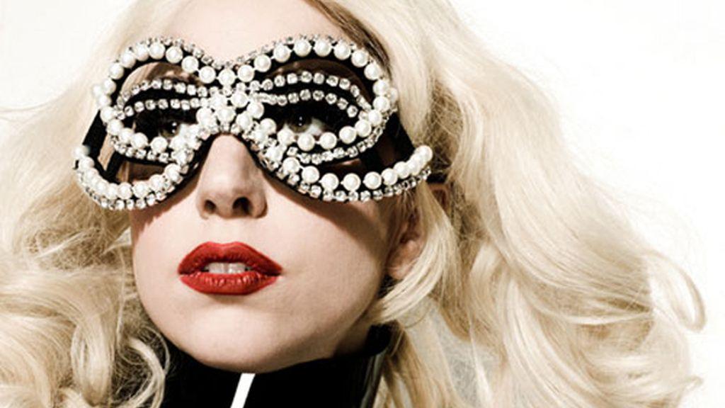 ... y con gafas al puro estilo Gaga