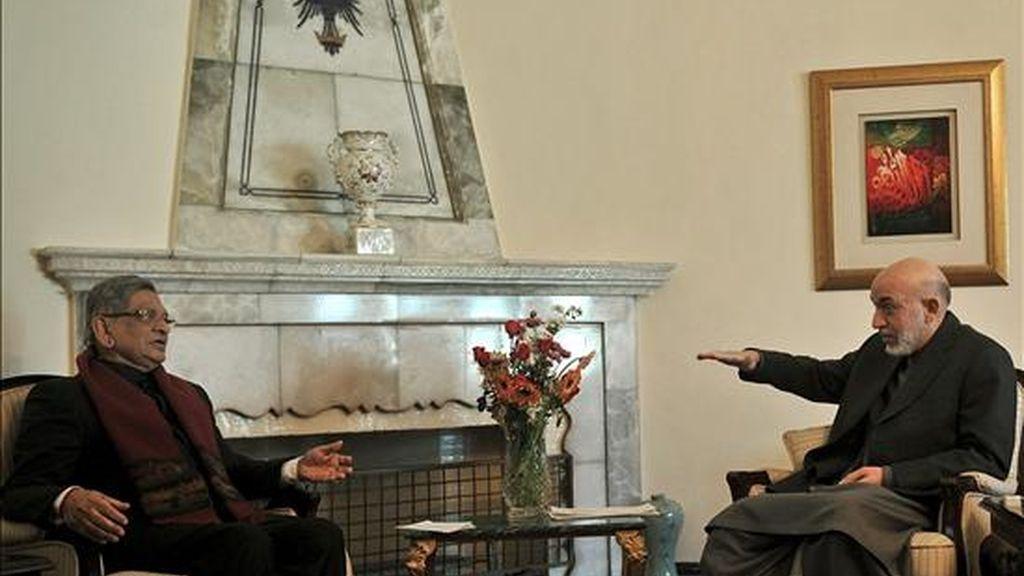 El ministro indio del Exterior, S. M. Krishna (i), conversa con el presidente afgano, Hamid Karzai, durante su reunión en Kabul (Afganistán). EFE