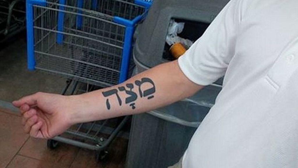 ¿Qué le lleva a este hombre a tatuarse la palabra galleta en su brazo?
