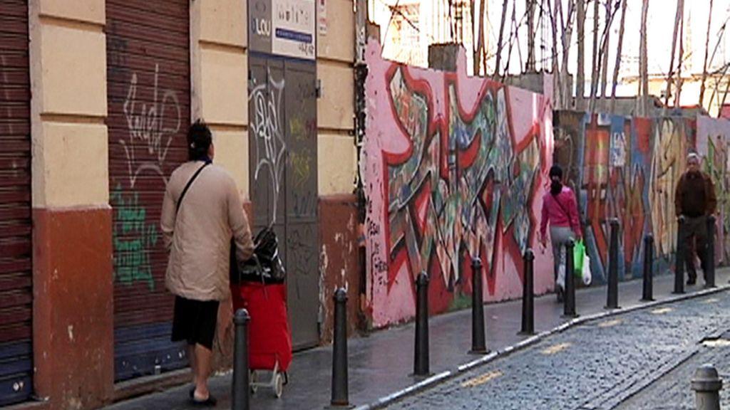 Una señora pasea por las calles de El Carmen