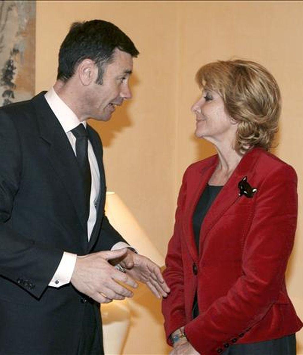 La presidenta de la Comunidad de Madrid, Esperanza Aguirre (d), junto al secretario general de los socialistas madrileños, Tomás Gómez, durante una reunión. EFE/Archivo
