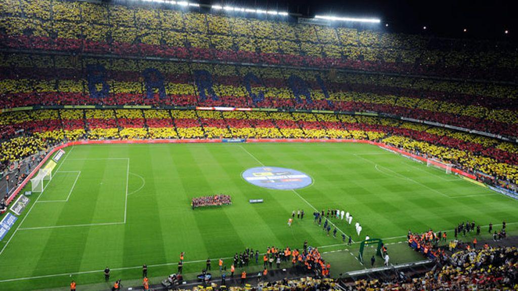 Los espectadores creando una bandera catalana gigante