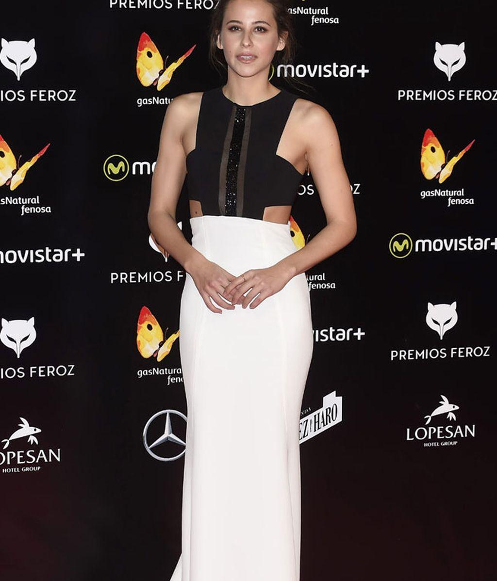 Irene Escolar llevaba un vestido negro y blanco y recogido 'casual'