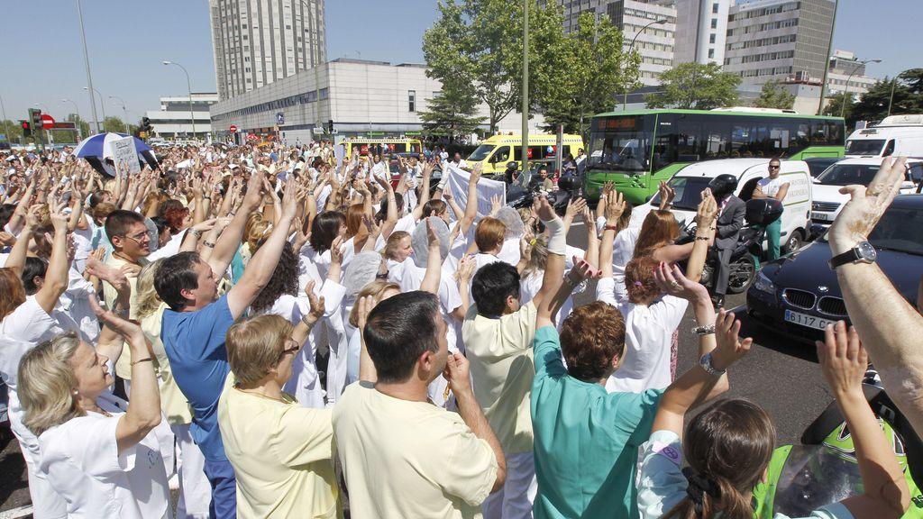 Funcionarios madrileños de la sanidad cortan el Paseo de la Castellana en protesta por los recortes del Gobierno