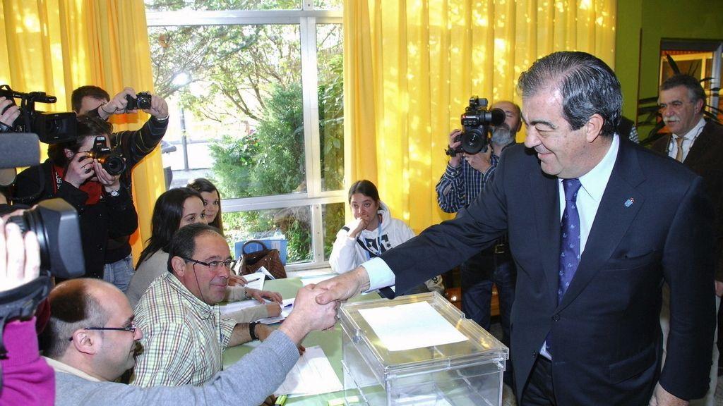 Álvarez Cascos votando en Luarca