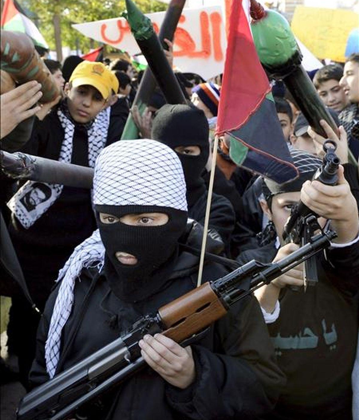 Alumnos libaneses de Hizbulá portan armas de plástico durante una protesta. EFE/Archivo