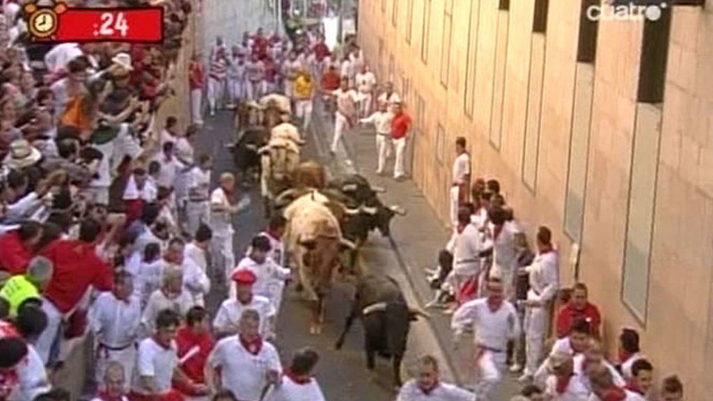 Los seis toros salieron de los corralillos precedidos por los mansos y enfilaron la cuesta de Santo Domingo