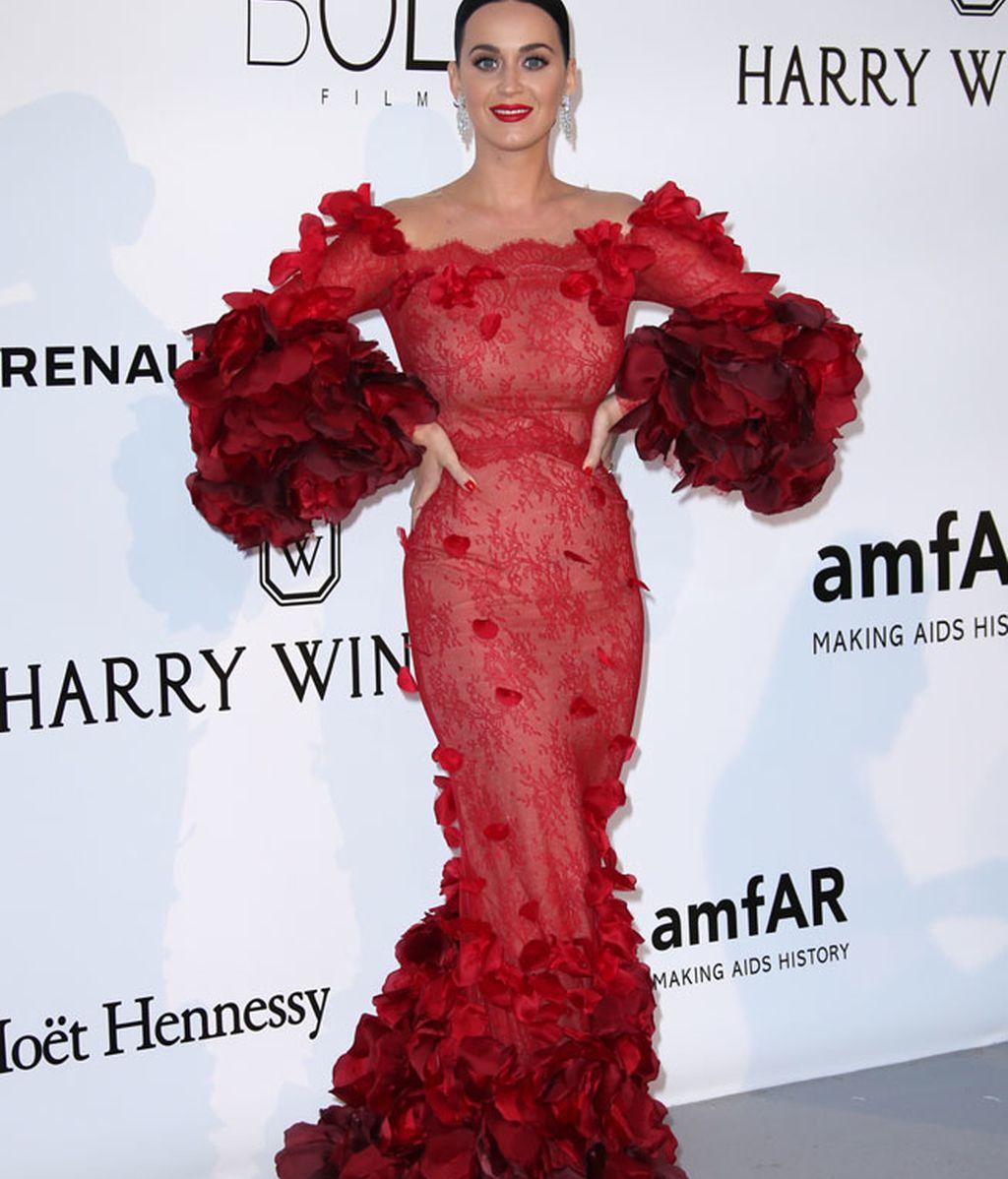 Katy Perry con vestido rojo de Marchesa