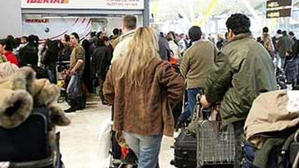 Enormes colas frente a un mostrador de Iberia, en Barajas.