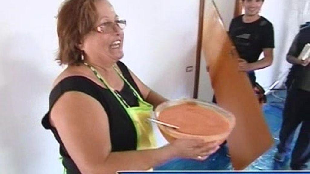 Una vecina altruísta trae un poco de gazpacho a la cuadrilla