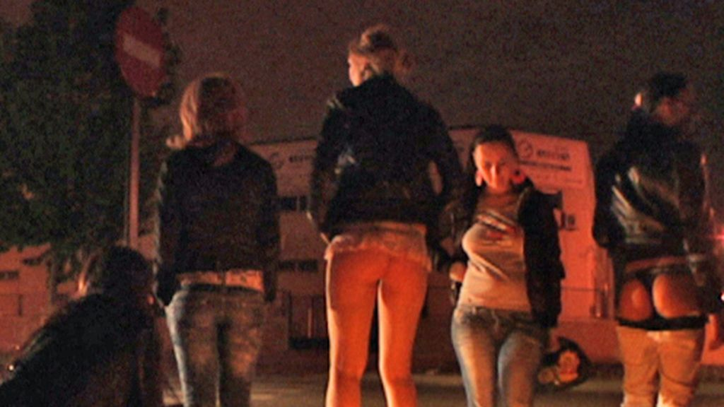Prostitutas se calientan con una hoguera