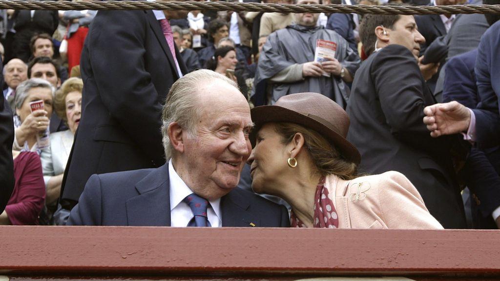 Juan Carlos de Borbón y la Infanta Elena viendo el regreso de JoséTomás