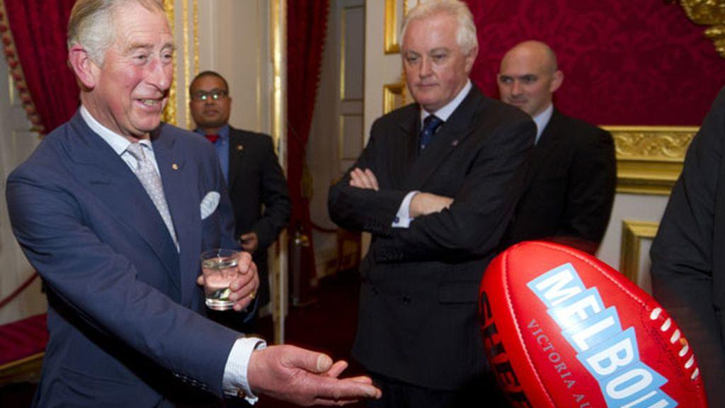 El Príncipe Carlos hizo sus pinitos con el balón de fútbol australiano