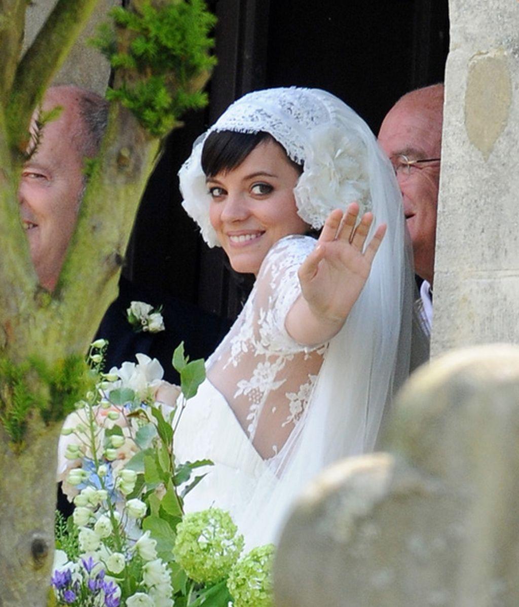 Lily Allen, boda con bombo en mitad del campo