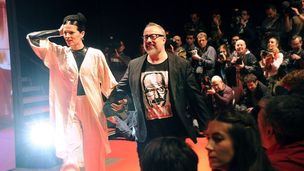Cerramos el día con el debut como diseñadora de Bimba Bosé en el Matadero de Madrid, que contó con la colaboración de Álex de la Iglesia para el making off