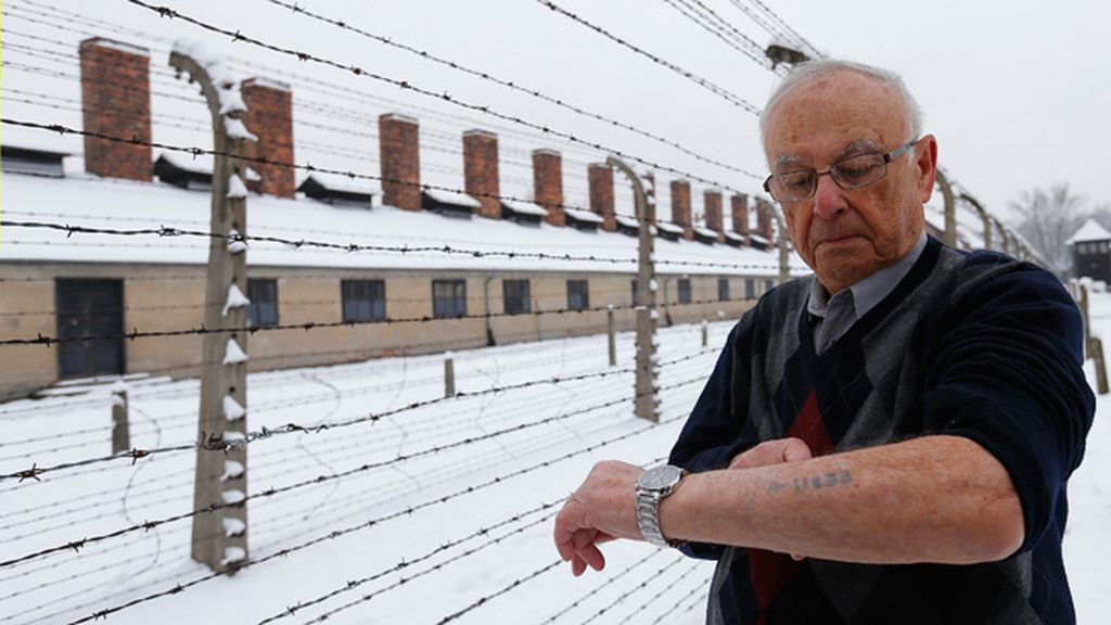 Jack Rosentha enseña su número de preso