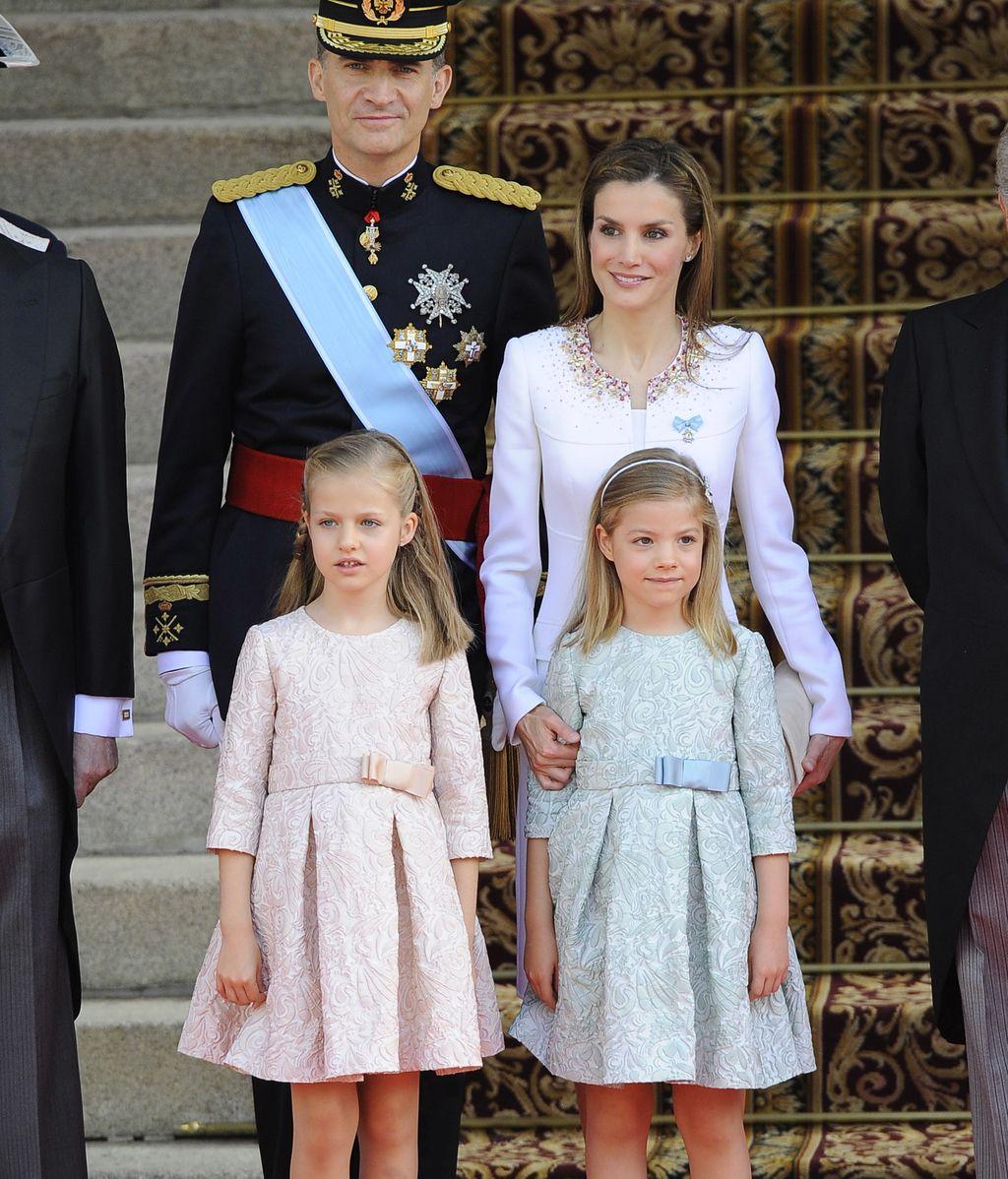 La Reina Letizia elige un look sobrio sin ornamentos para la proclamación de Felipe VI