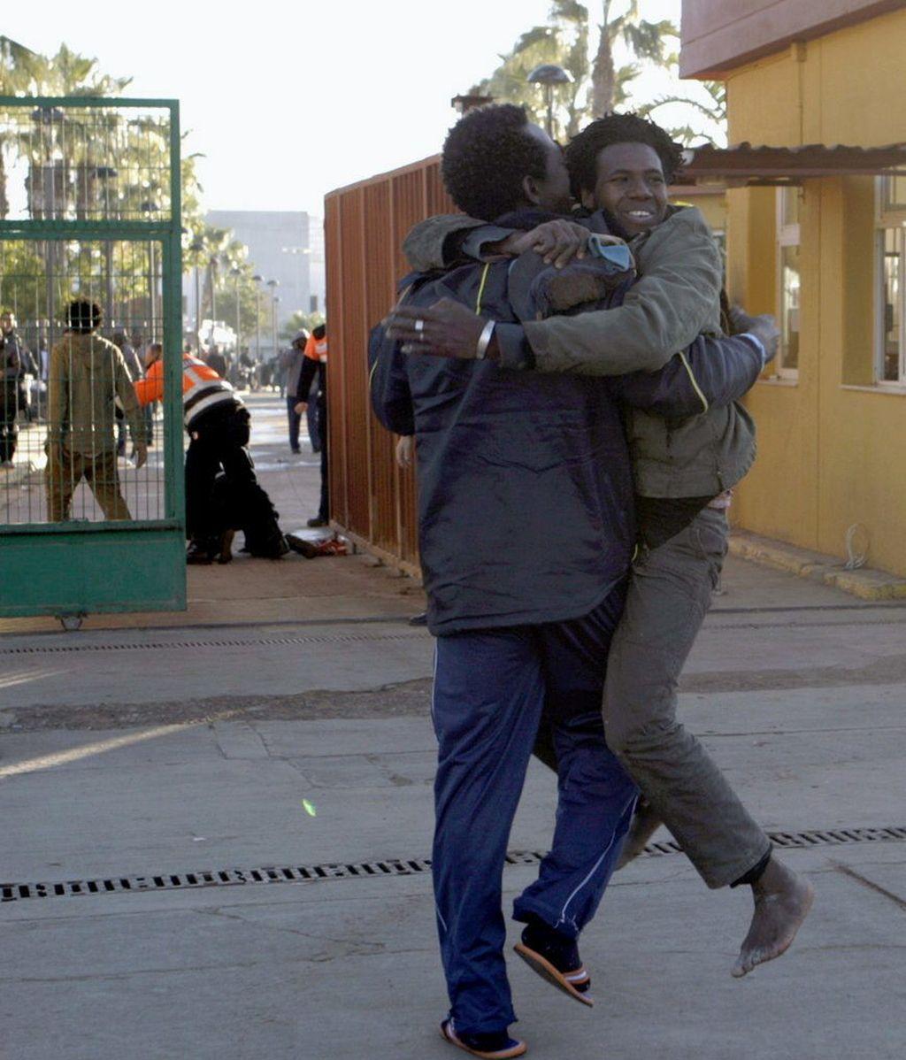 Inmigrantes se abrazan al llegar al CETI de Melilla