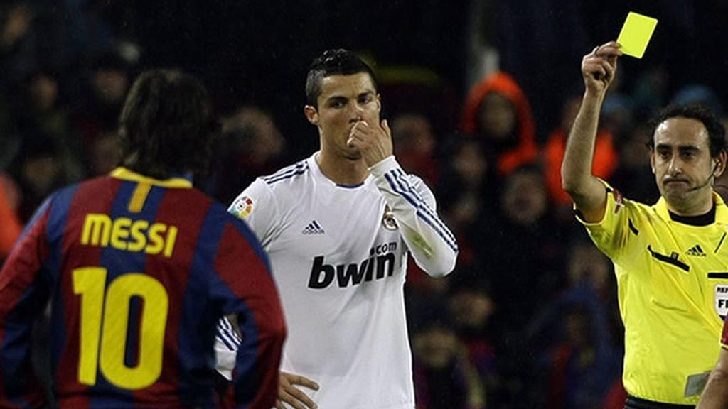 Iturralde le saca la amarilla a Cristiano por su reacción desproporcionada a la provocación de Guardiola