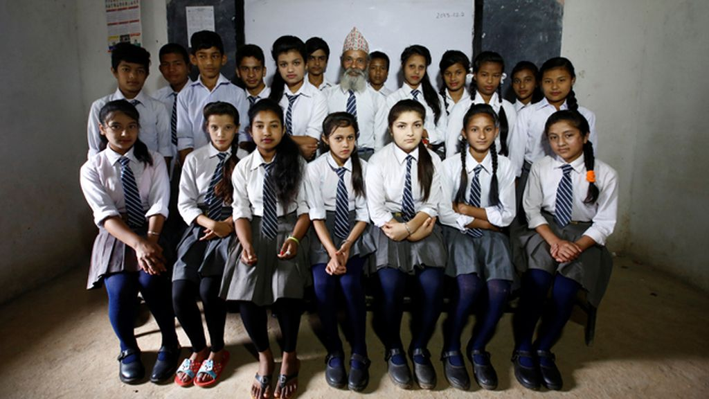 Nunca es tarde para aprender: el nepalí de 68 años que ha vuelto a la escuela