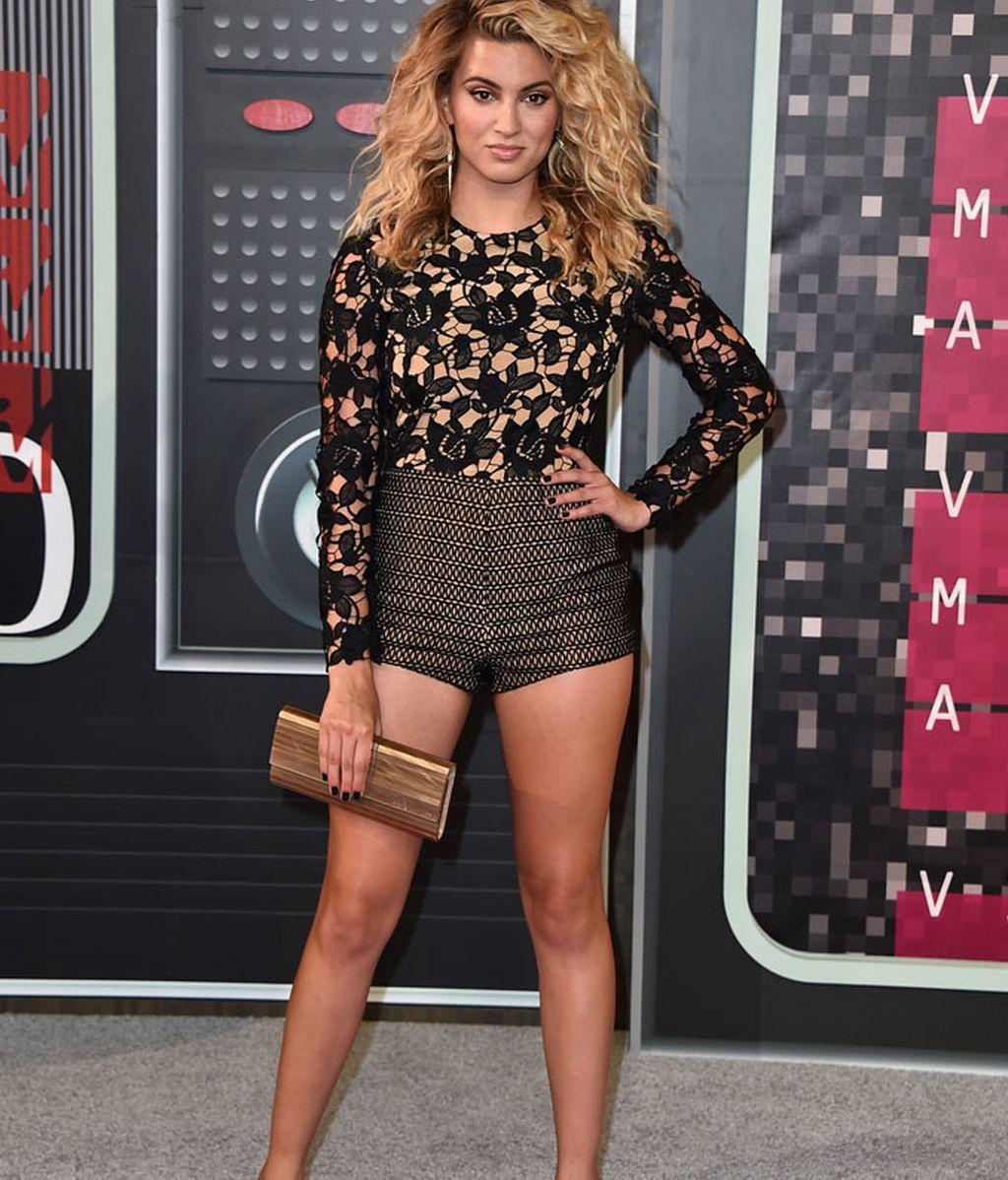 Tori Kelly luciendo piernas en los MTV