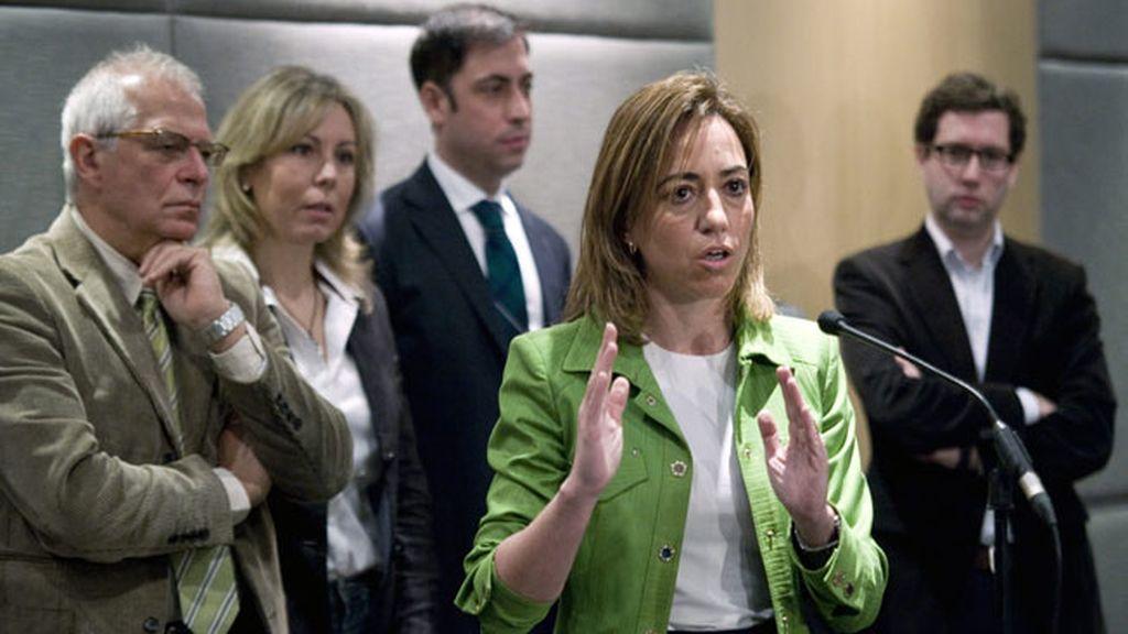 La candidata a liderar el PSOE Carme Chacón habla con los medios