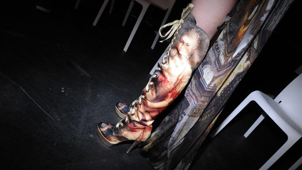 Las botas diseñadas por Úrsula Mascaró para Maya Hansen lucían un estampado de lo más dieciochesco