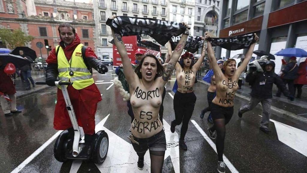 Activistas de Femen irrumpen en una manifestación antiaborto