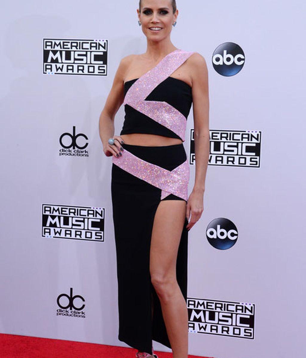 Heidi Klum lució su firma de cabecer, Versace