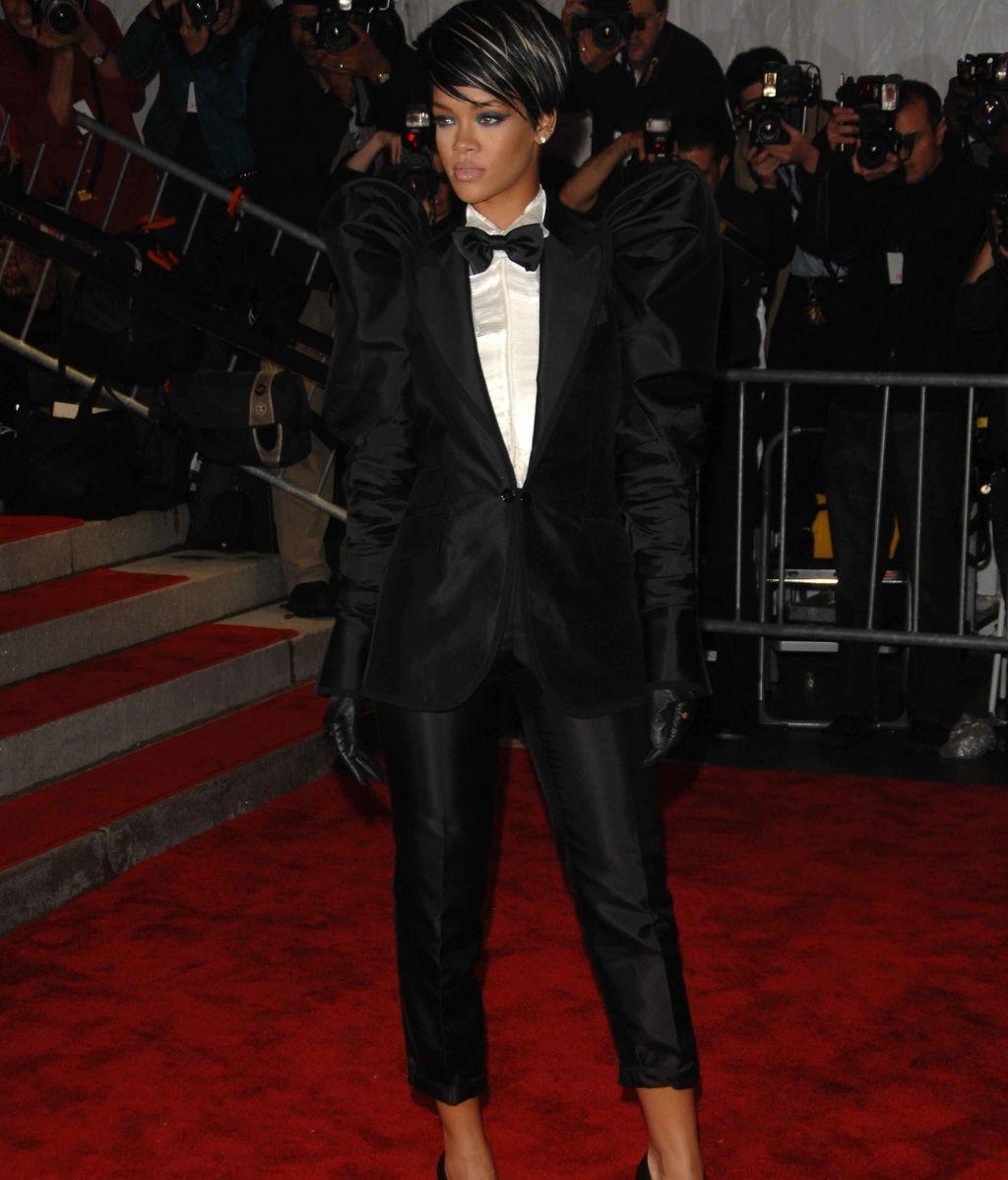 Rihanna, con pajarita, guantes y mangas farol
