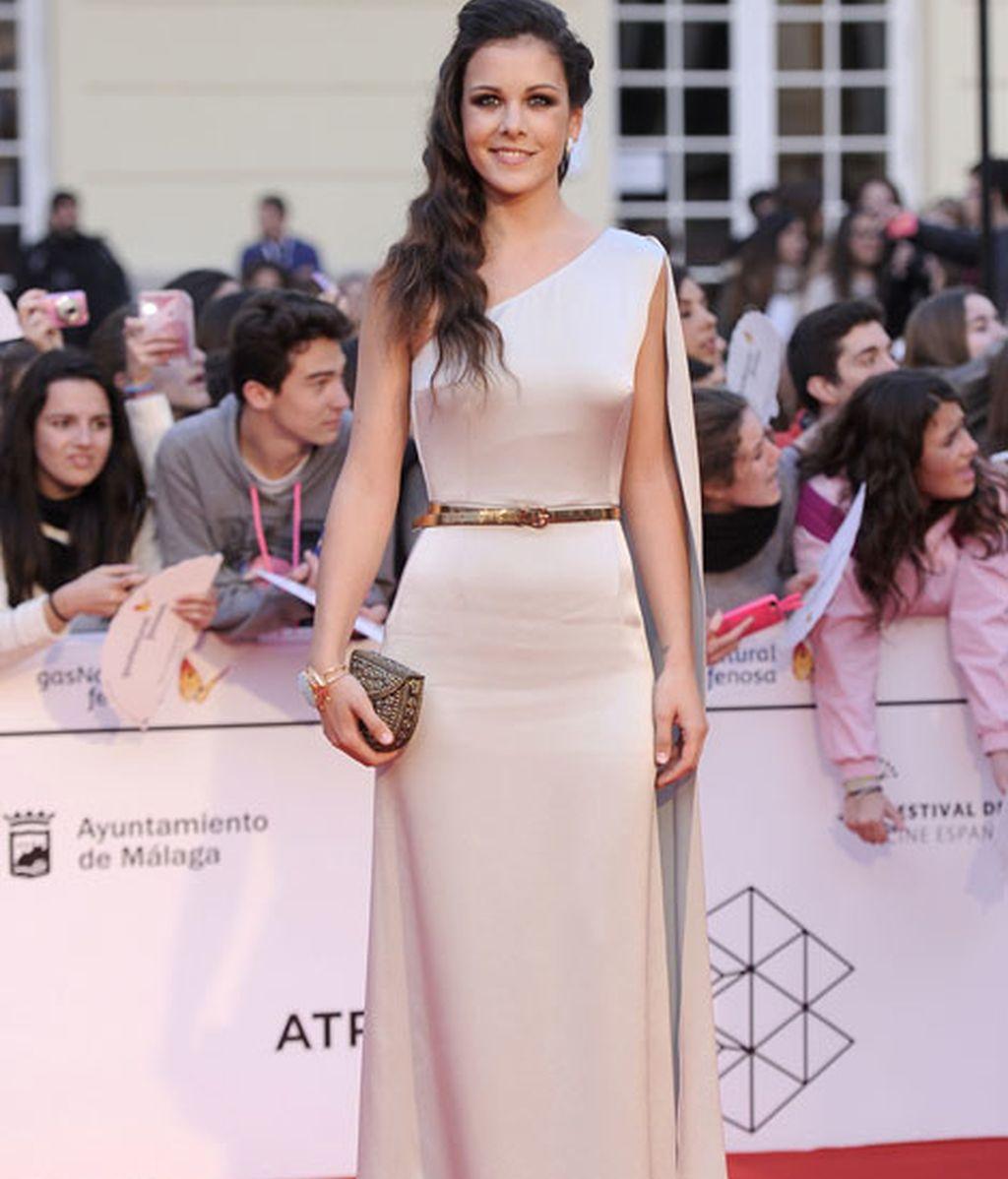 Sandra Blázquez, con vestido de manga asimétrica