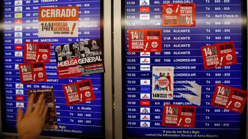 Los piquetes tapan los paneles informativos de la T4 en Barajas
