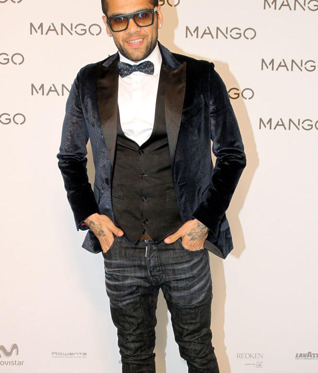 Dani Alves, con pajarita de lunares, chaleco, y chaqueta de terciopelo