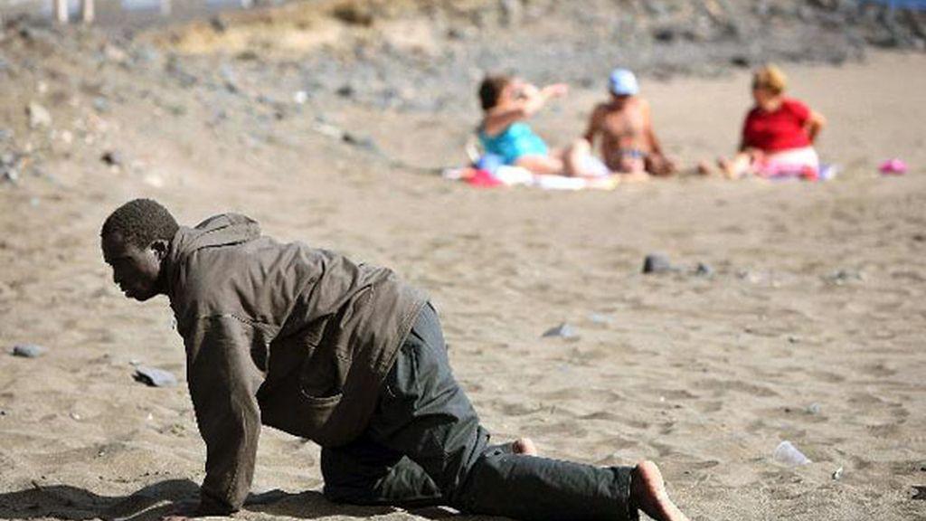 Un inmigrante llega a una playa canaria