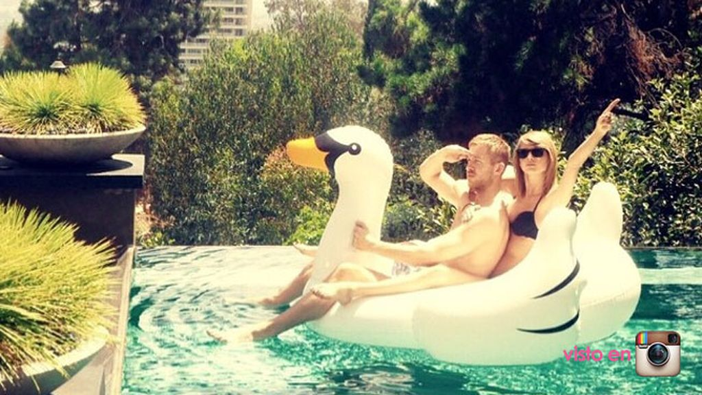 Taylor Swift y su novio Calvin Harris pretenden volar desde su piscina