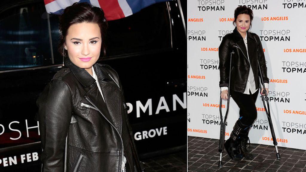 Demi Lovato acudió con un look muy rockero