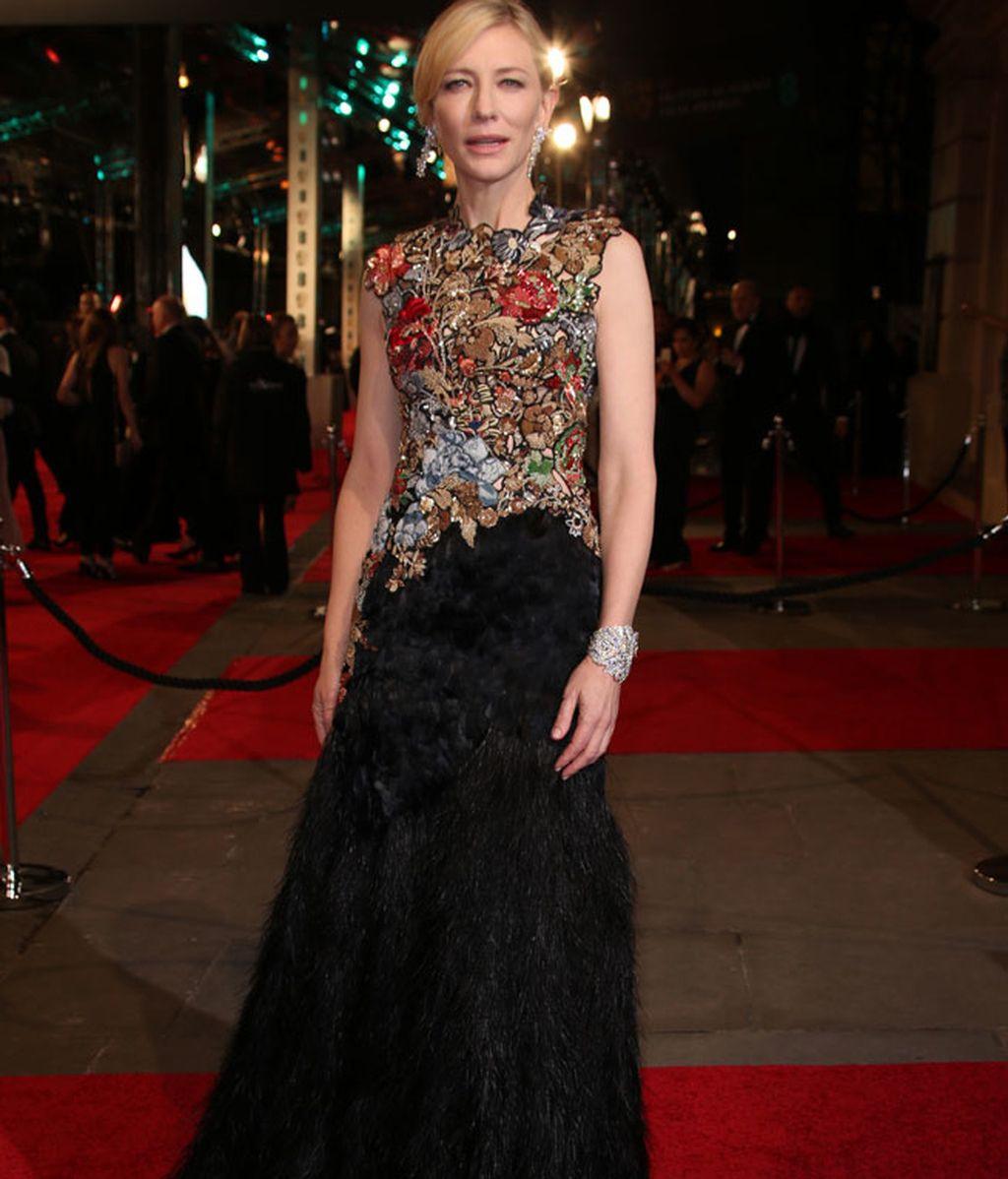 Cate Blanchett con un Alexander McQueen con flores de 'pailletes' y plumas
