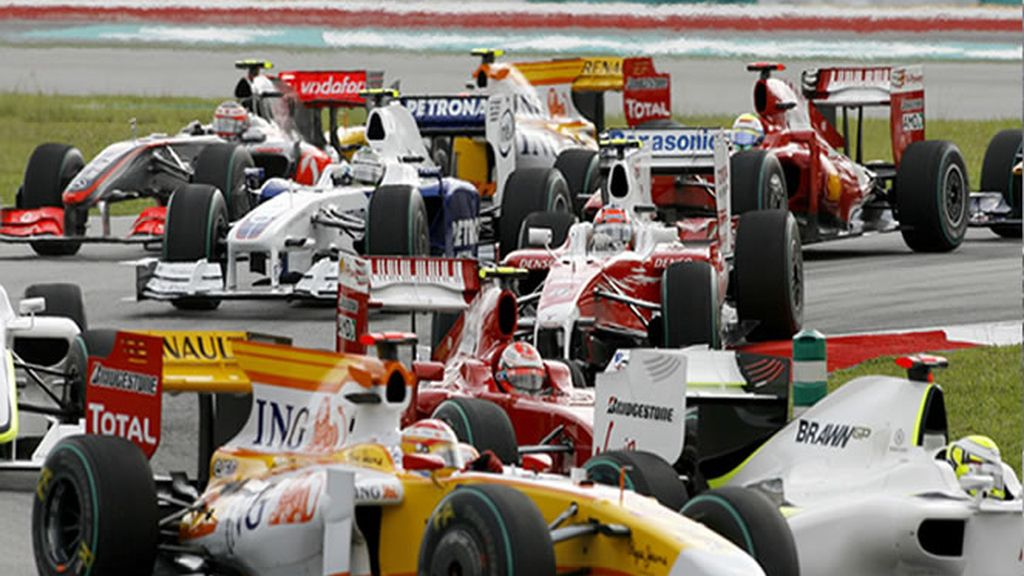 Alonso tercero en la primera curva