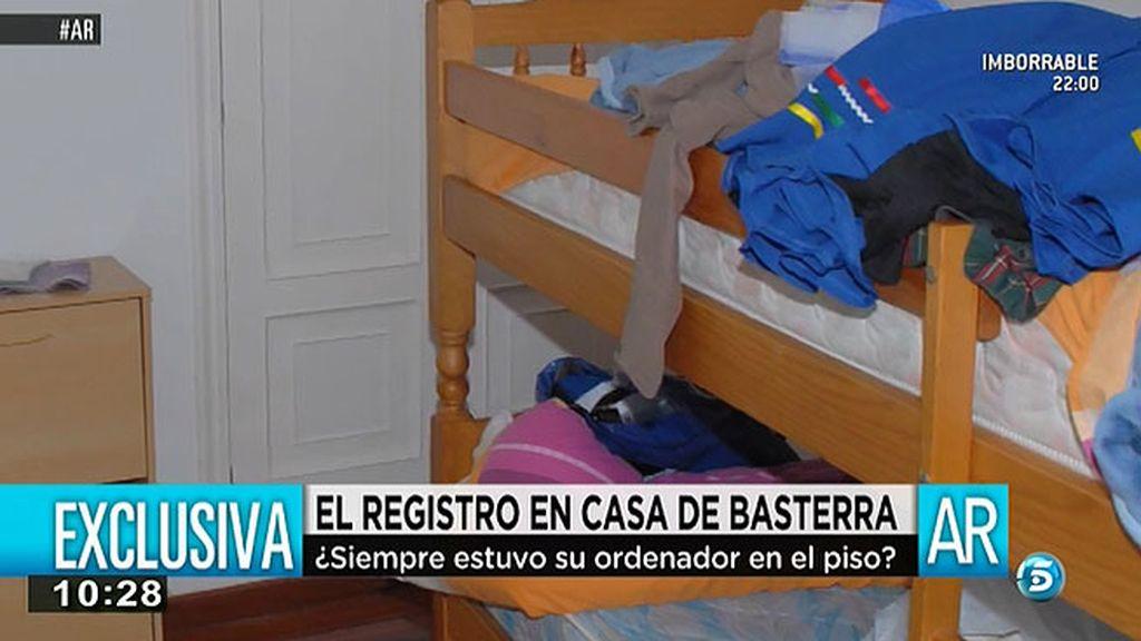 Un dormitorio con una litera y con varias prendas sobre las camas