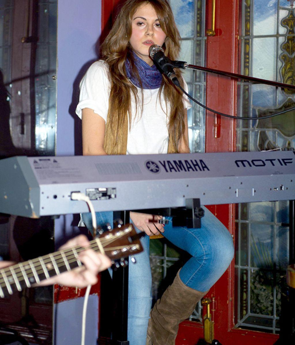 Malena Costa aplaude a rabiar en el debut musical de su hermana pequeña
