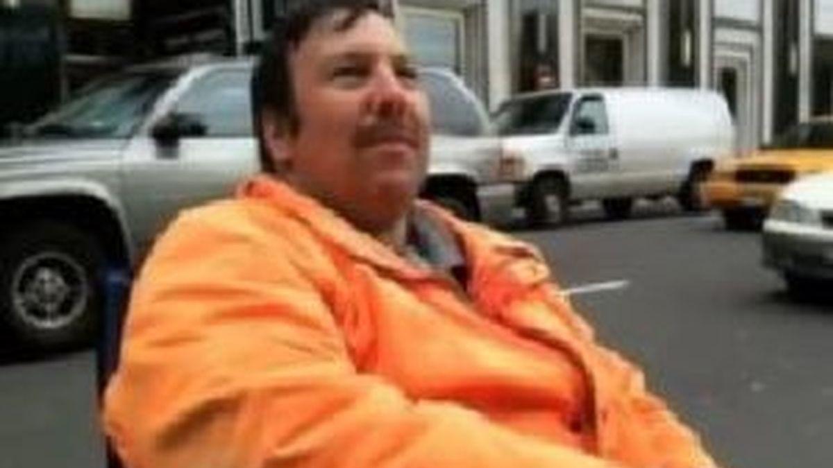Greg Packer, la primera persona de la cola para comprar un iPad en una tienda de Nueva York.  Foto 'The Huffington post'