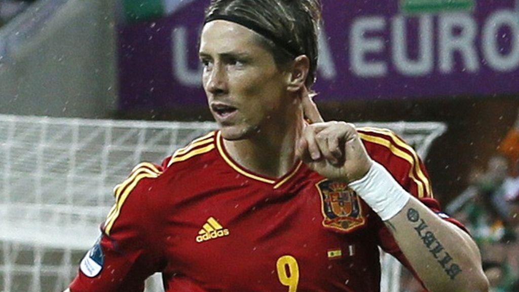 Fernando Torres se lleva la mano a la oreja