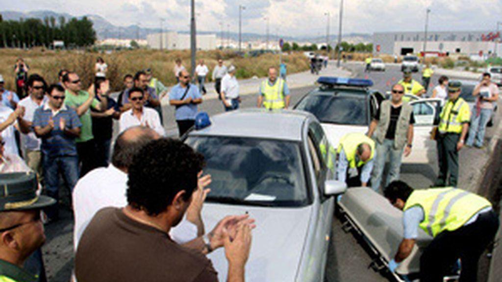 Momento en el que fue retirado el cadáver del piquete atropellado mortalmente en Granada. Foto: EFE.