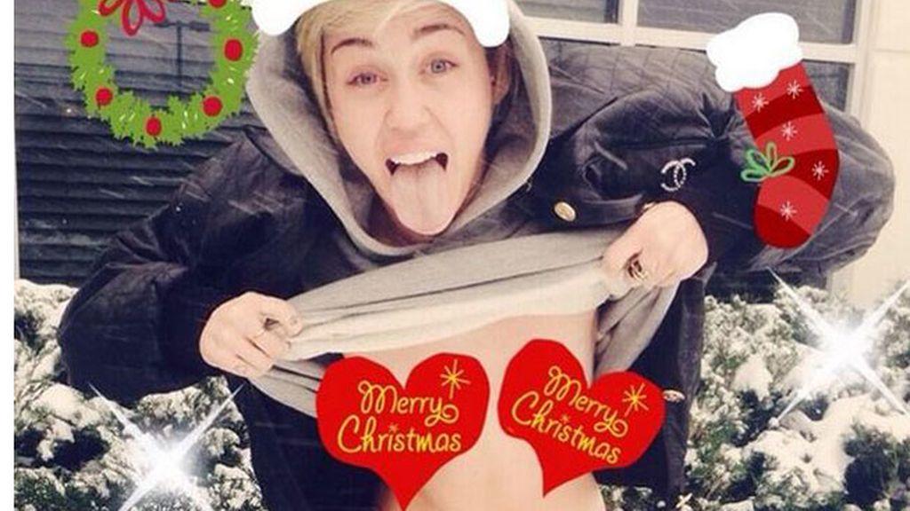 20. ¡Miley Cyrus nos felicita la Navidad en topless!