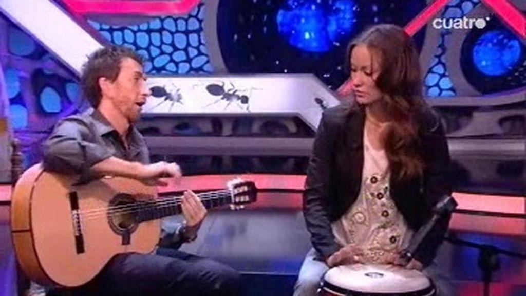 Pablo Motos y Olivia Wilda tocan la guitarra y el timbal