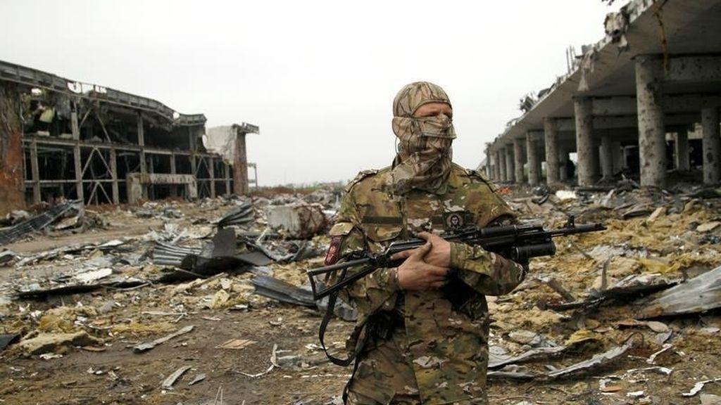 Militar entre lo destruido por el  bombardeo en Donetsk
