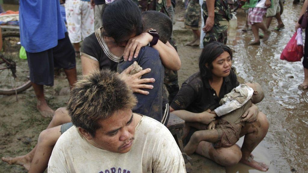 Lloran la muerte de los fallecidos en Filipinas