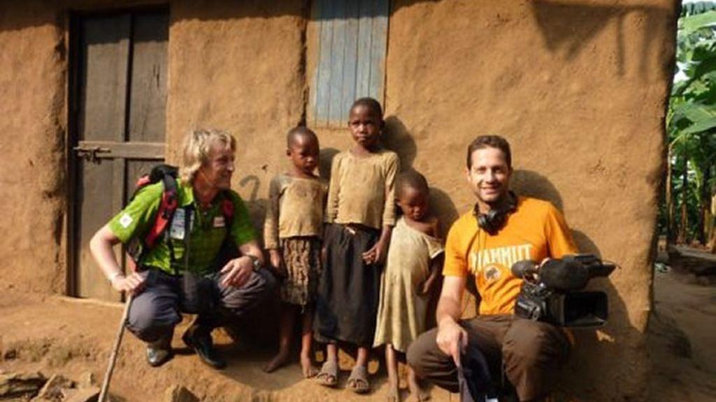 Jesús y Emilio con niños de Uganda