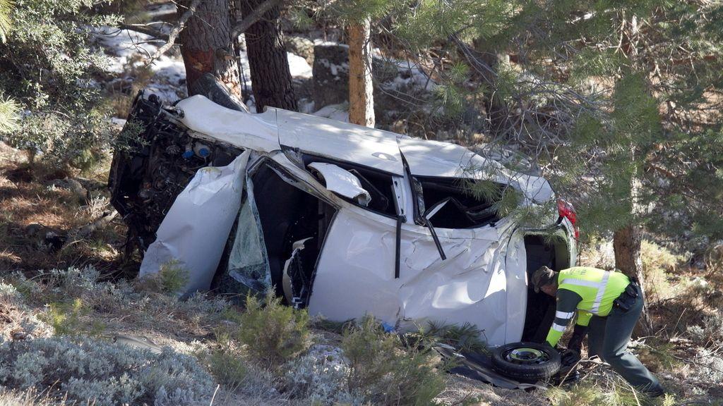 Estado en el que quedó el vehículo tras el accidente en el que dos personas han fallecido y otras dos han resultado heridas, una de ellas de gravedad, al salirse un coche de la vía en la A-345, a la altura del término municipal de Monachil (Granada).